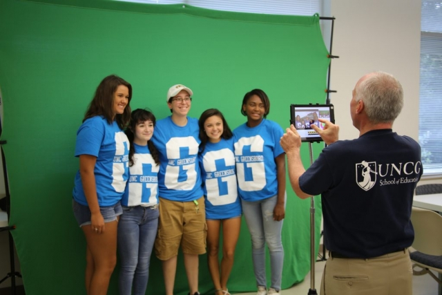 Students posing in front of the green screen at NAV1GATE